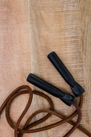 saltar la cuerda: Saltar la cuerda con copia espacio en la mesa de madera