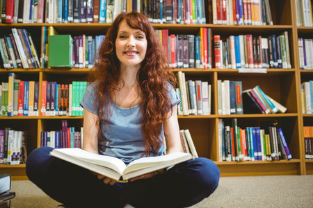 biblioteca: Estudiante madura libro de lectura en la biblioteca de la universidad Foto de archivo
