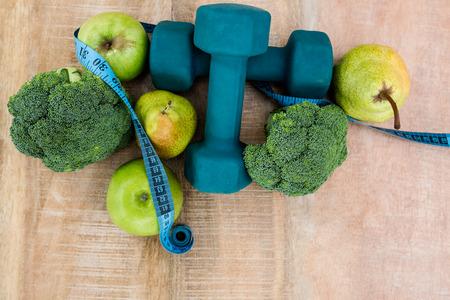 vida sana: Ingredientes para un estilo de vida saludable en la mesa de madera