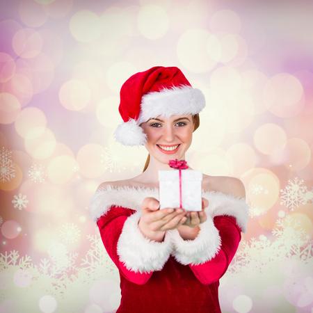 pere noel sexy: Jolie fille � santa bo�te cadeau costume de maintien fond incandescent no�l Banque d'images