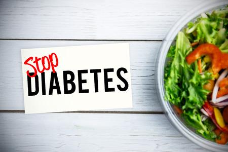 Stopp Diabetes gegen gesunde Schüssel Salat auf dem Tisch Lizenzfreie Bilder