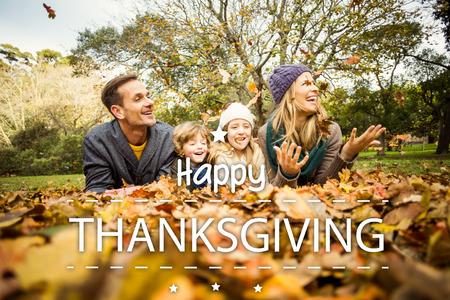ni�os felices: Acci�n de gracias feliz contra sonriente que lanza joven familia deja alrededor Foto de archivo
