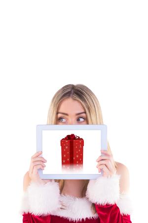 pere noel sexy: Jolie fille p�re tablette tenant contre bo�te cadeau rouge et argent Banque d'images