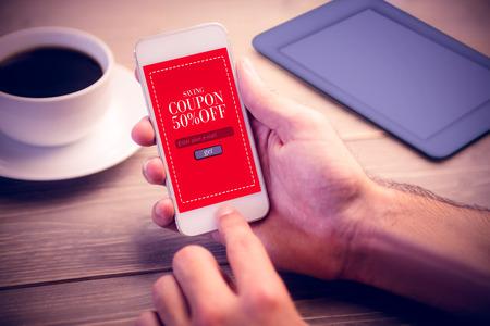 Verkaufsanzeige gegen die Person, die Handy verwendet Standard-Bild
