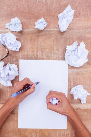 ball pens stationery: Cierre de vista de una bola de papel en el escritorio de madera