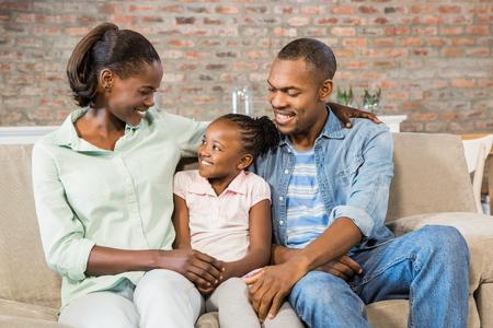mujeres negras: Familia feliz que se relaja en el sof� de la sala de estar
