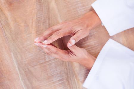 manos unidas: Vista de las manos juntas en el escritorio en el trabajo