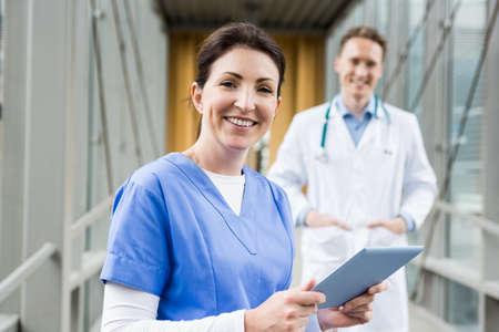 pielęgniarki: Pielęgniarka za pomocą swojego komputera typu tablet w szpitalu