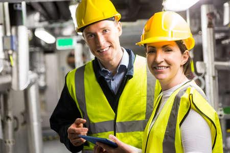 ingenieria industrial: Los ingenieros que trabajan en la sala de control de la temperatura del edificio grande LANG_EVOIMAGES