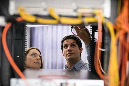 mantenimiento: Equipo de técnicos que trabajan juntos en los servidores del centro de datos