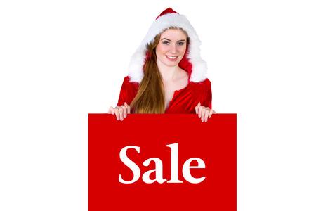 pere noel sexy: Jolie fille en costume de Santa pr�sentation de la carte contre la vente publicit� Banque d'images