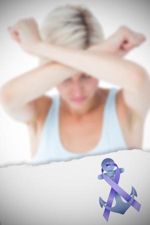 desolaci�n: Malestar mujer sosteniendo sus brazos delante de su cabeza contra gr�fico de la conciencia violencia dom�stica