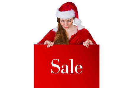 pere noel sexy: Jolie fille en costume de Santa présentation de la carte contre la vente publicité Banque d'images