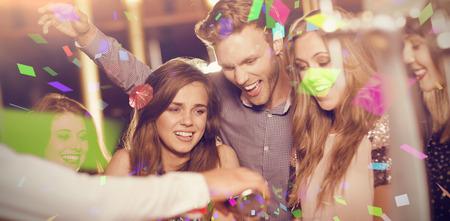 borracho: Colores volando contra amigos borrachos viendo camarero coctel verter