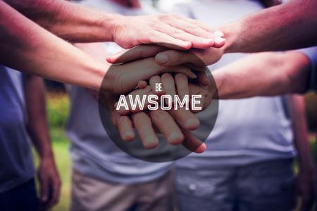 altruism: Motivación de año nuevo mensaje en contra de la familia feliz de voluntarios poniendo sus manos juntas