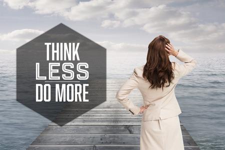 mujer mirando el horizonte: Motivaci�n a�os nuevos mensajes contra la empresaria de pie de nuevo a la c�mara con la mano en la cabeza Foto de archivo