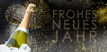 neues: Champagne glasses clinking against glittering frohes neues jahr