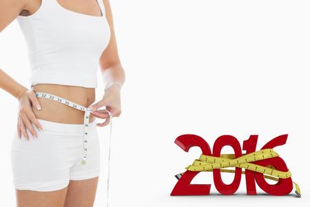 huincha de medir: Secci�n media de mujer de medici�n de la cintura contra el fondo blanco con la ilustraci�n