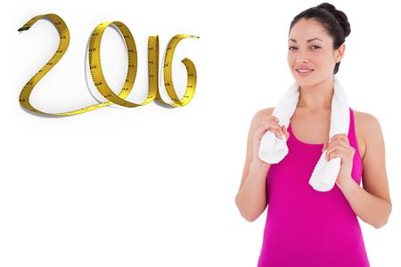 cinta metrica: Ajustar la mujer sonriendo a la cámara contra el fondo blanco con la ilustración