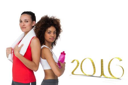 mujeres fitness: Mujeres aptas que se colocan con botella de agua y una toalla contra el fondo blanco con la ilustraci�n