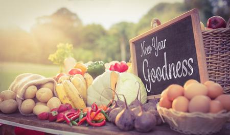 bondad: Nueva bondad a�os contra las verduras en el mercado de los agricultores Foto de archivo