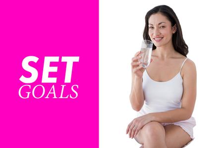 tomando agua: Mujer de agua potable en contra de color rosa