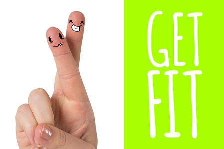 Hand met de vingers gekruist tegen groen vignet