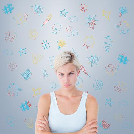 mujer enojada: Malestar rubia mirando a la cámara con los brazos cruzados contra la viñeta gris