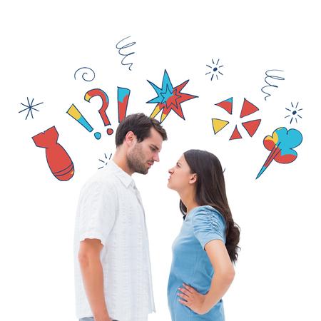 pareja enojada: Pareja enojado mirando el uno al otro en contra de garabatos jurando Foto de archivo