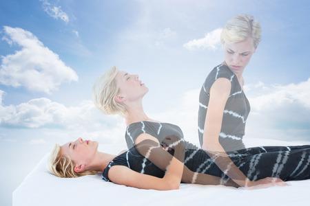 mujer meditando: Mujer meditando contra el cielo azul