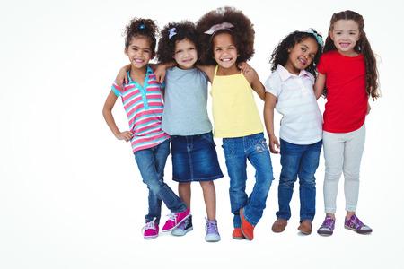 amabilidad: Muchachas lindas que abrazan y que miran la cámara en la pantalla blanca Foto de archivo