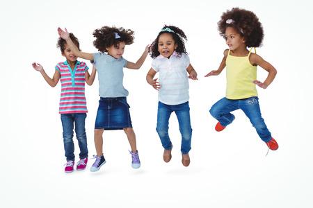 trato amable: Muchachas lindas que saltan en la pantalla blanca Foto de archivo