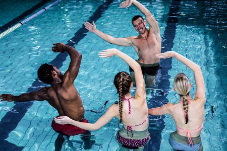gimnasia aerobica: Las personas en forma haciendo una clase de aeróbic acuático en la piscina