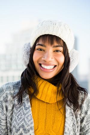 Retrato de la sonrisa mujer llevaba ropa de invierno fuera