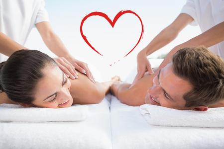 masajes relajacion: pareja tranquila disfrutando de parejas junto a la piscina de masaje contra el corazón Foto de archivo