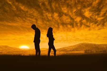 nešťastný: Rozrušený pár nemluví k sobě po boji proti krásné africké scéně Reklamní fotografie