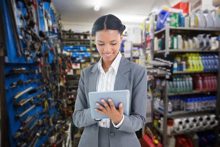 garage automobile: Affaires en utilisant une tablette avec des collègues derrière contre pièce pleine de magasin
