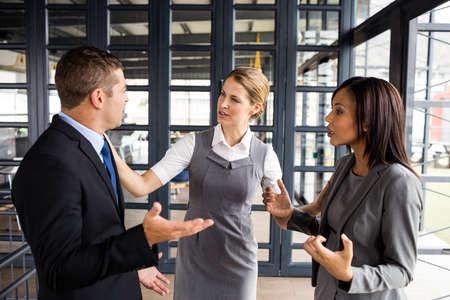 personas discutiendo: La gente de negocios discutir juntos, mientras que la empresaria que pone las manos en la oficina