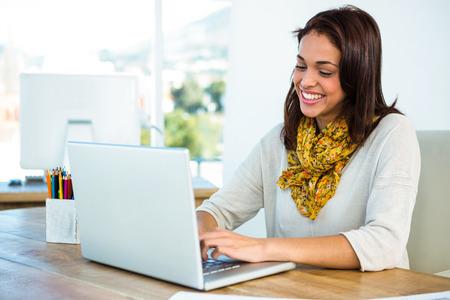teclado de ordenador: niña usa su computadora en una oficina Foto de archivo