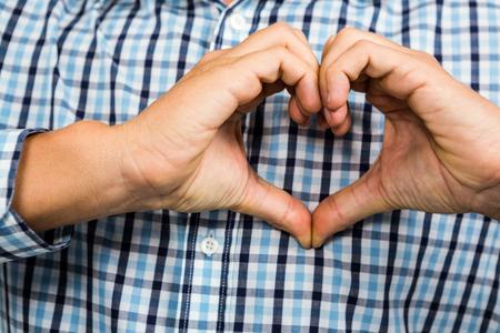 forme: image recadrée de l'homme faisant forme de coeur avec les mains Banque d'images