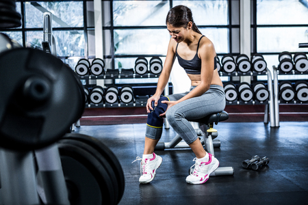 gefesselt: Fit Frau, die Knie Schmerzen an der Gymnastik