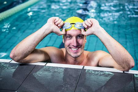 nadar: nadador encajar apoyarse en el borde de la piscina del centro de ocio