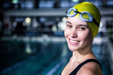Porträt einer Frau Schwimmer sucht die Kamera im Swimmingpool