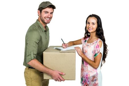 cartero: Mujer que firma para la entrega el paquete con la sonrisa del cartero en la pantalla blanca