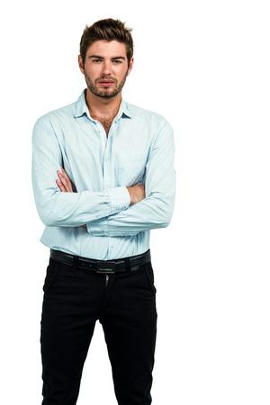 desolaci�n: Hombre de pie con los brazos cruzados posando para la c�mara en la pantalla blanca