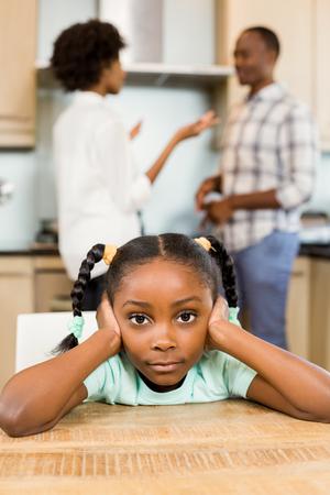 desolaci�n: ni�a triste contra los padres discuten en la cocina
