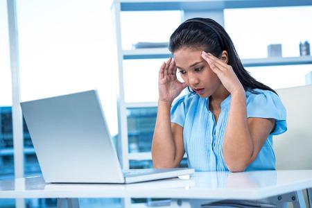 nerveux: Stressed affaires travaillant à son bureau dans le travail
