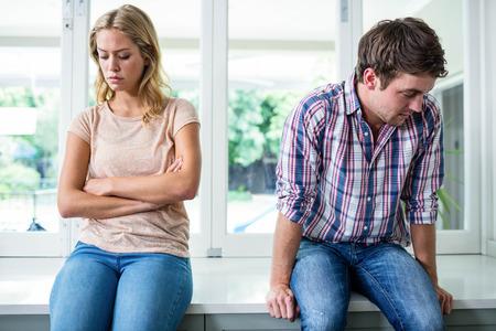 fighting: Pareja molesto ignorarse mutuamente en la cocina
