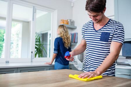 Nettes Paar die Küche aufräumen Standard-Bild - 52032430