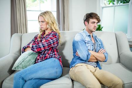 argumento: Pares que tienen un argumento en el sofá
